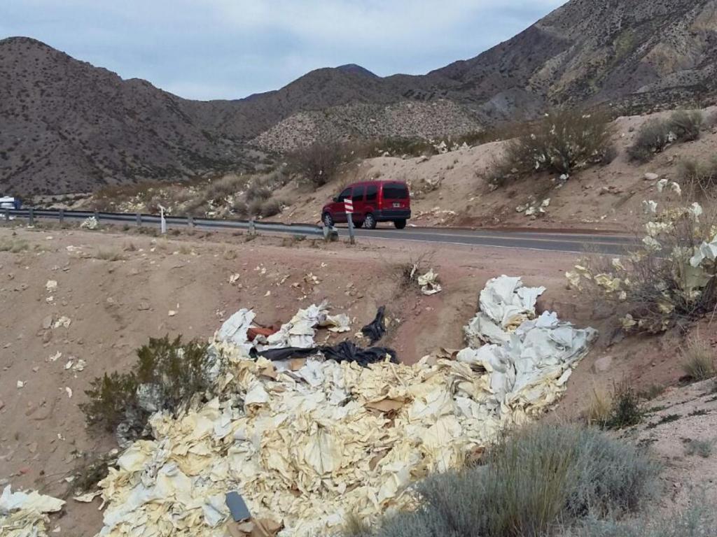 Basura abandonada por un camión